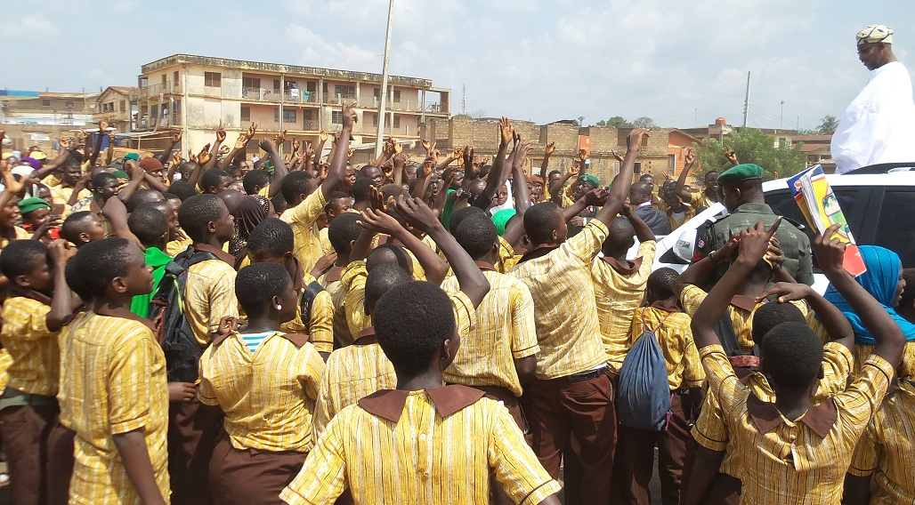Students20praising20Gov20in20Ikirun-3